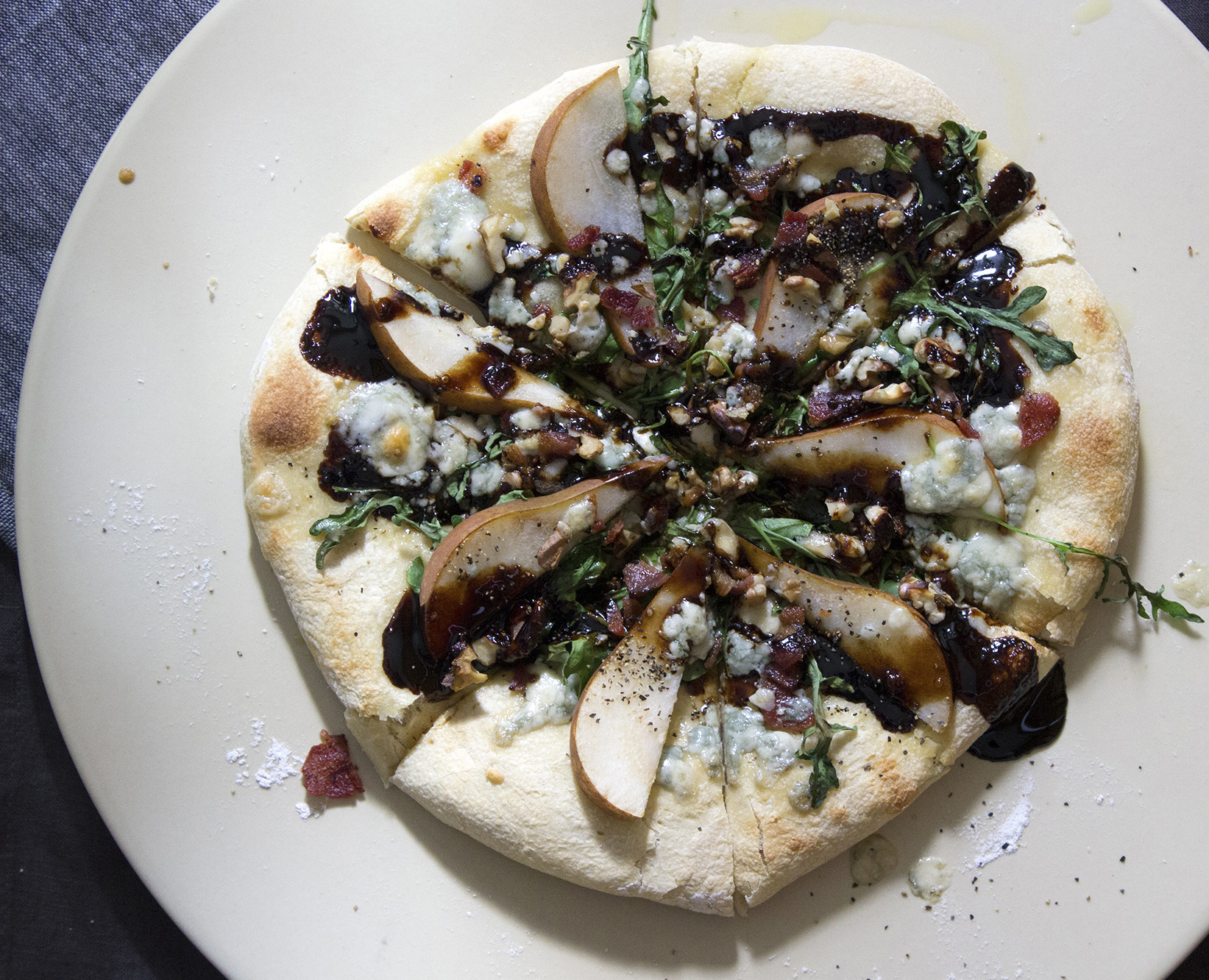 pear bacon gorgonzola arugula pizza
